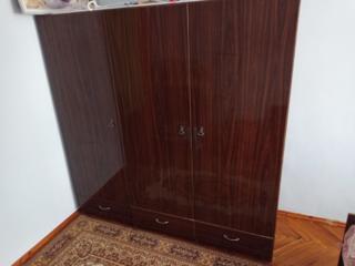 Трехстворчатый платяной шкаф с антресолью