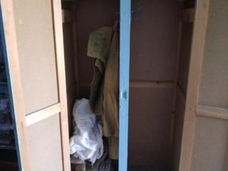 Шкаф для хозяйственных целей, баллон для газа.