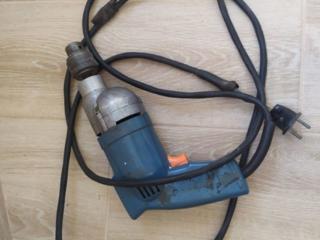 Электрическая дрель в рабочем состоянии