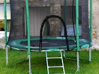 Батут 252 см с защитной сеткой и лестницей