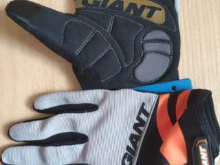 Шлем размер L, перчатки XXL, перчатки XL Giant Pro Gel, бутылка 0.7л