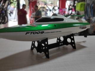 Радиоуправляемый кораблик. Есть в двух цветах: зеленый и черный.