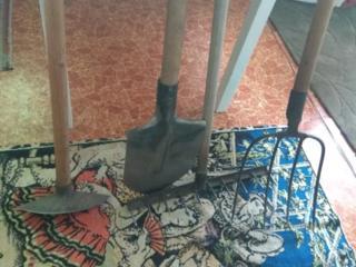 Советские лопата, сапка, грабли, вилы.