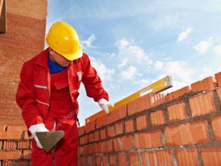 Требуются каменщики, строители со стажем.