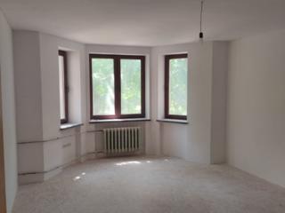 Просторная 3-комнатная сталинка в белом варианте.