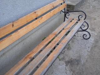 Садовая скамейка в хорошем состоянии.
