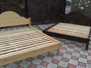 Продаются кровати различных размеров и цветов.