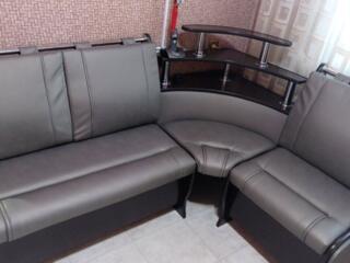 Продам новый кухонный уголок, раскладной стол и две табуретки