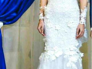 Оригинальное свадебное платье со шлейфом.